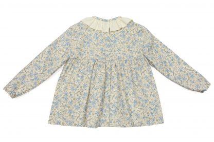 Vista espalda de blusa, color beige con pajaros azules. Modelo Blue Birds