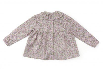 Vista espalda blusa estampada flores pequeñas tonos rosa. Modelo Peonia.