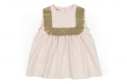 Vista delantera de la blusa lencera, color rosa claro. Modelo Rose