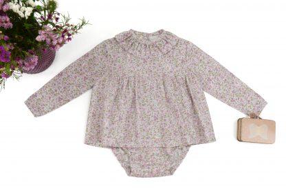 Exposición blusa y culotte estampadas flores pequeñas tonos rosa. Modelo Peonia.