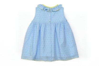 Vista espalda de vestido en plumeti azul con detalles en amarillo.