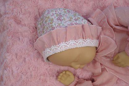 Maniquí bebe con camisa y capota en tonos rosa