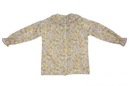 Vista espalda blusa en tela liberty estampada en verde, rosa y amarillo.