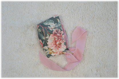 Imagen lateral de capota estampada flores verdes y rosa.