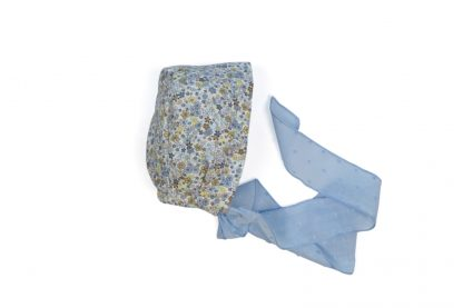 Vista lateral de capota estampada flores tonos azul.