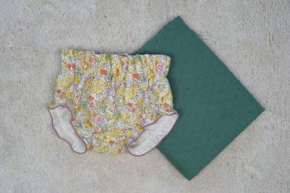 Vista frontal culotte liberty junto a plumeti verde.