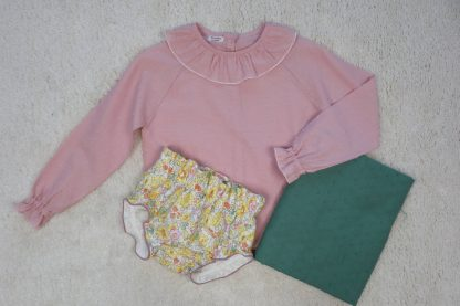 Vista frontal deliberty flores, con camisa plumeti rosa y tela plumeti verde.