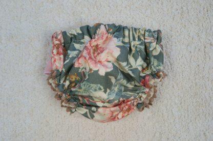 Vista frontal culotte estampado flores con volante en tonos verdes y rosa empolvado.