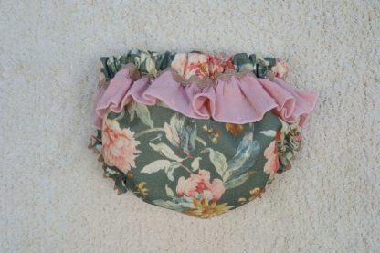 Vista trasera culotte estampado flores con volante en tonos verdes y rosa empolvado.