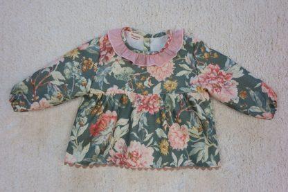 Vista frontal blusa estampado flores grandes en verde y rosa empolvado