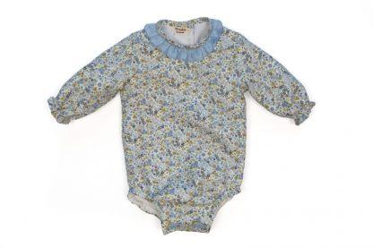 Vista frontal de ranita bebe estampada flores tonos azul.