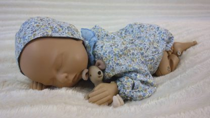 Maniqui bebe con ranita y capota de flores azules.