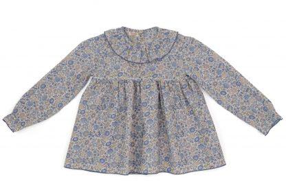 vista frontal blusa cuello volante liberty flores azul y topo