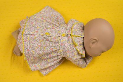 maniqui vestido con jesusito flores amarillo y rosa de espalda